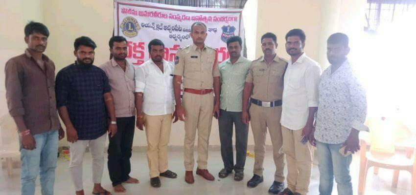 Achampet police congratulating blood donars